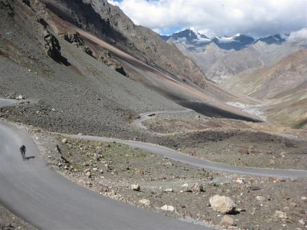 The Baralacha-la pass is a 28km climb from Patseo and although now completely tarred comparing with the gravel i cycled up 5 years ago, still feels as hard.